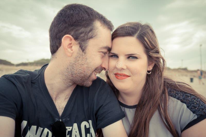 Jeunes couples prenant le selfie avec le smartphone ou l'appareil-photo au beac images libres de droits