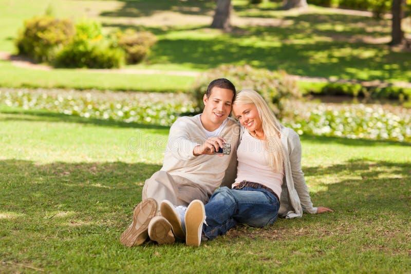 Jeunes Couples Prenant Une Photo De Lui-même Image libre de droits