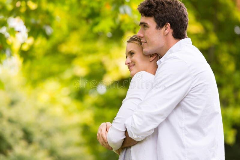 Jeunes couples réfléchis photographie stock