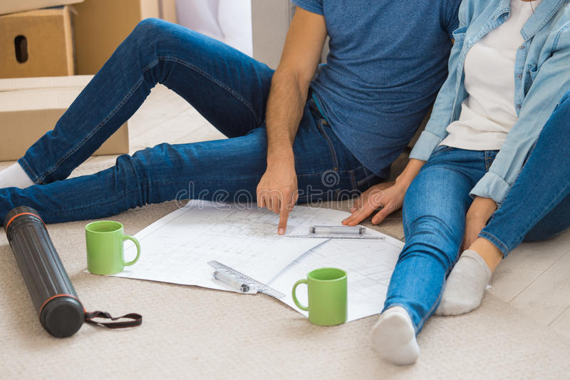 Jeunes couples rapprochant à une nouvelle relocalisation d'appartement image stock
