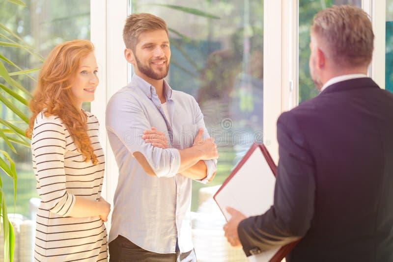 Jeunes couples recherchant la maison image stock