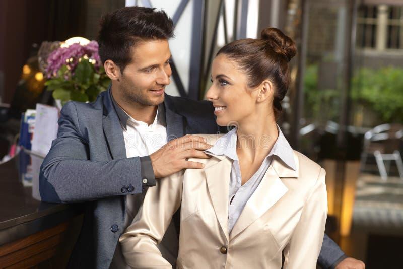 Jeunes couples regardant affectueux la réception photo libre de droits
