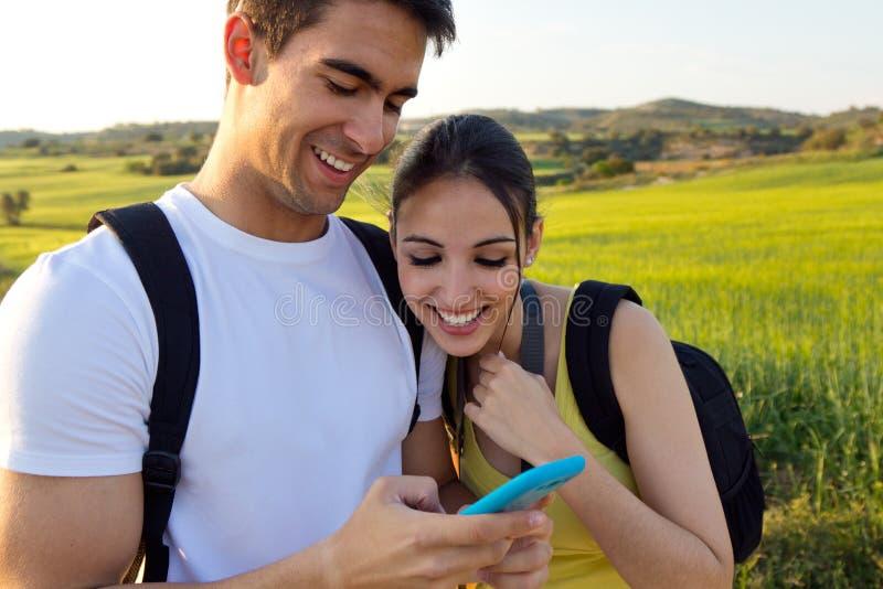 Jeunes couples regardant dehors le téléphone portable image libre de droits