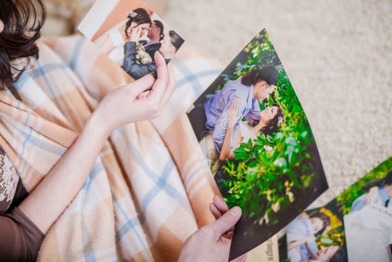 Jeunes couples regardant des photos photographie stock libre de droits