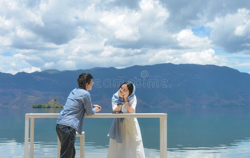 Jeunes couples regardant l'un l'autre dehors images stock