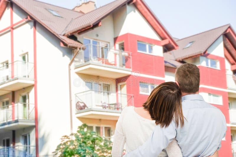 Jeunes couples regardant la maison rêveuse image libre de droits