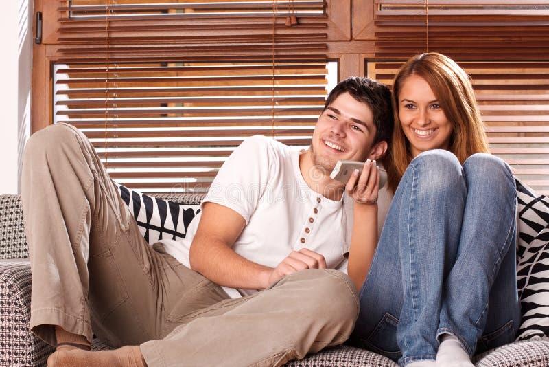 Jeunes Couples Regardant La TV Image stock