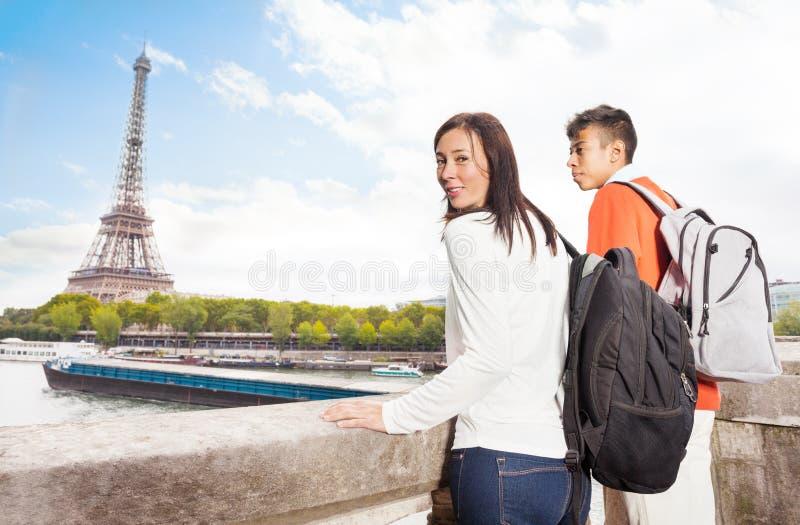 Jeunes couples regardant Tour Eiffel à Paris photo stock