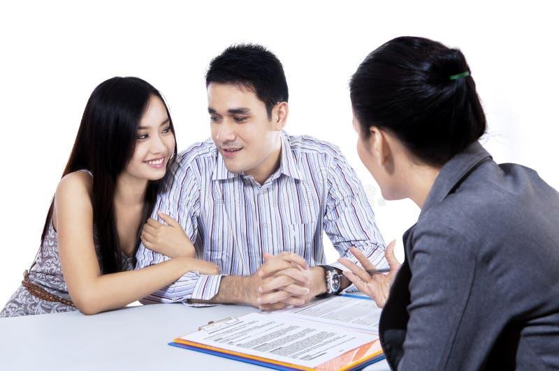 Jeunes couples rencontrant le conseiller financier photographie stock