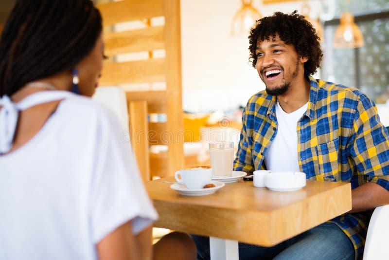 Jeunes couples riants en caf?, ayant un grand temps ensemble photographie stock