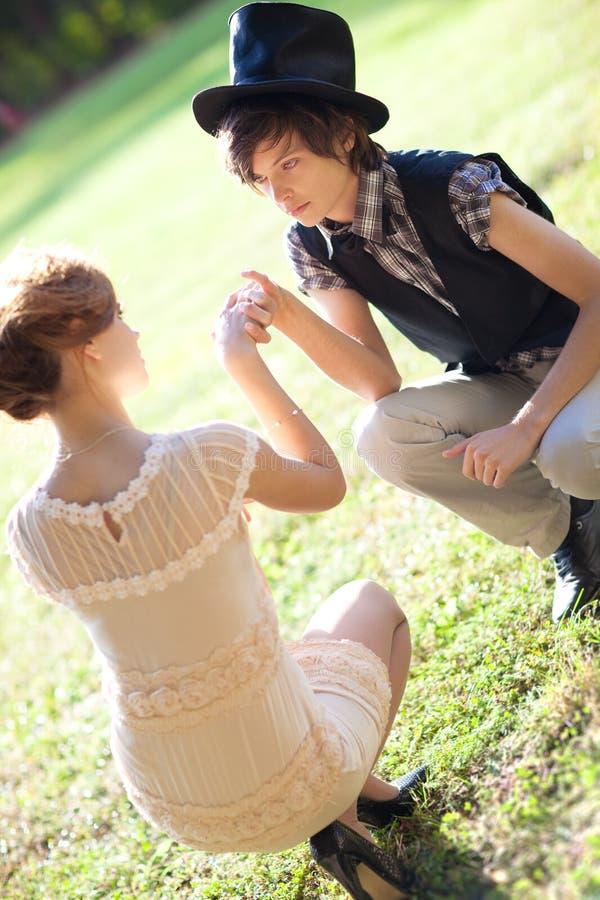 Jeunes couples romantiques à l'extérieur photos stock