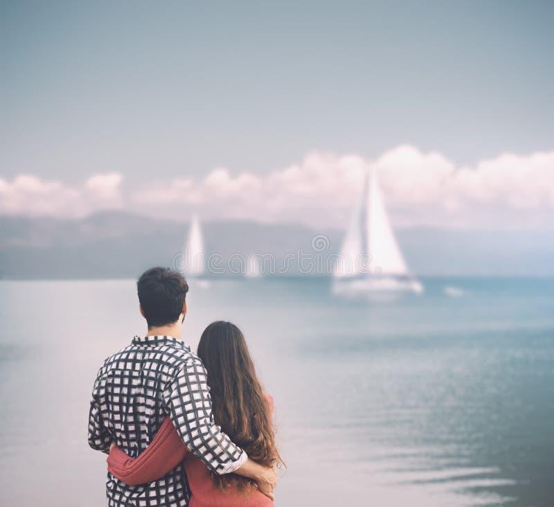 Jeunes couples romantiques étreignant au lac photo stock