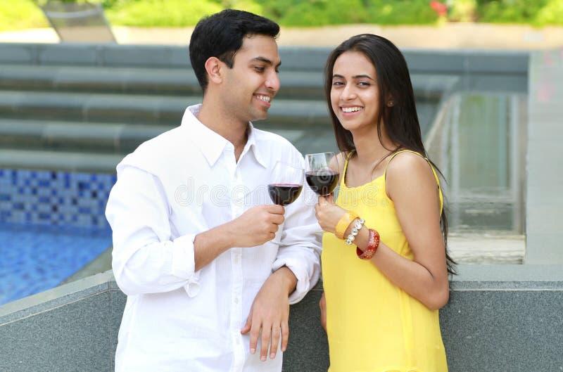 Jeunes couples romantiques. photographie stock