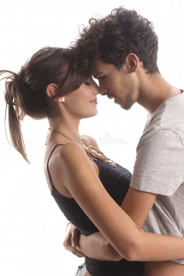 Jeunes couples romantiques photos libres de droits