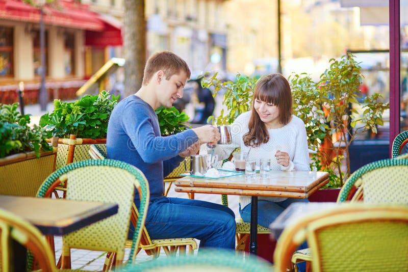 Jeunes couples romantiques ayant une datte photographie stock