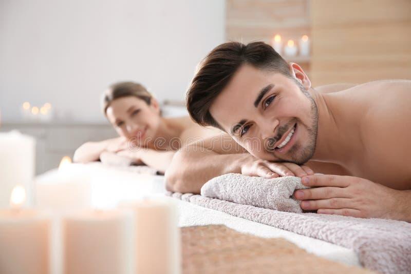 Jeunes couples romantiques d?tendant dans la station thermale photographie stock libre de droits