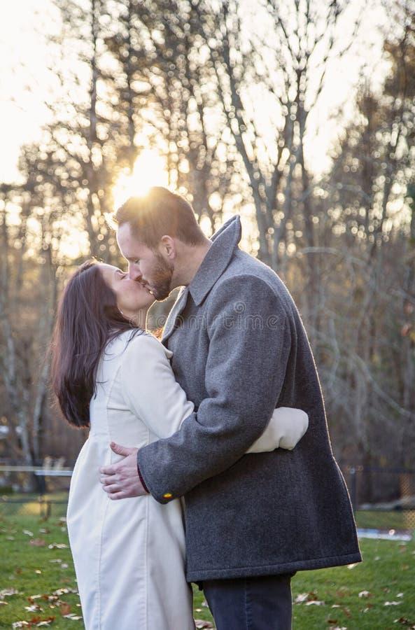 Jeunes couples romantiques embrassant dehors un jour froid d'automne images stock