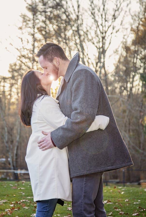 Jeunes couples romantiques embrassant dehors un jour froid d'automne image stock