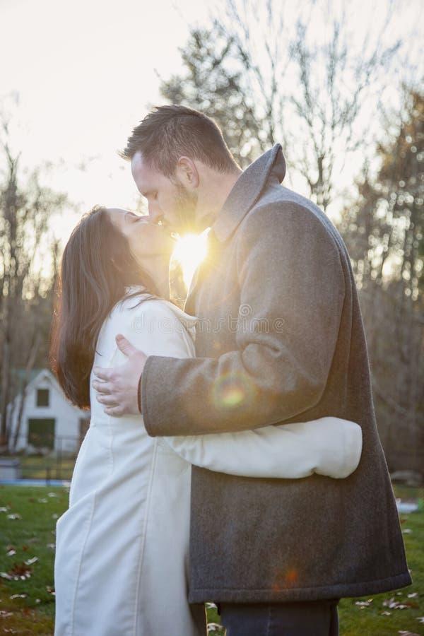 Jeunes couples romantiques embrassant dehors un jour froid d'automne photos libres de droits