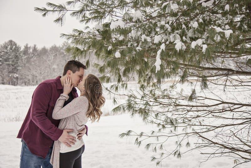 Jeunes couples romantiques embrassant en hiver photographie stock libre de droits