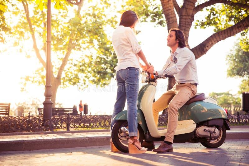 Jeunes couples romantiques flirtant photos libres de droits