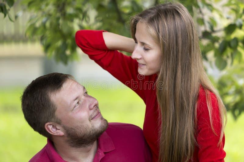 Jeunes couples romantiques heureux attrayants, aux cheveux longs assez blond photographie stock libre de droits