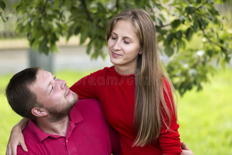 Jeunes couples romantiques heureux attrayants, aux cheveux longs assez blond photos libres de droits