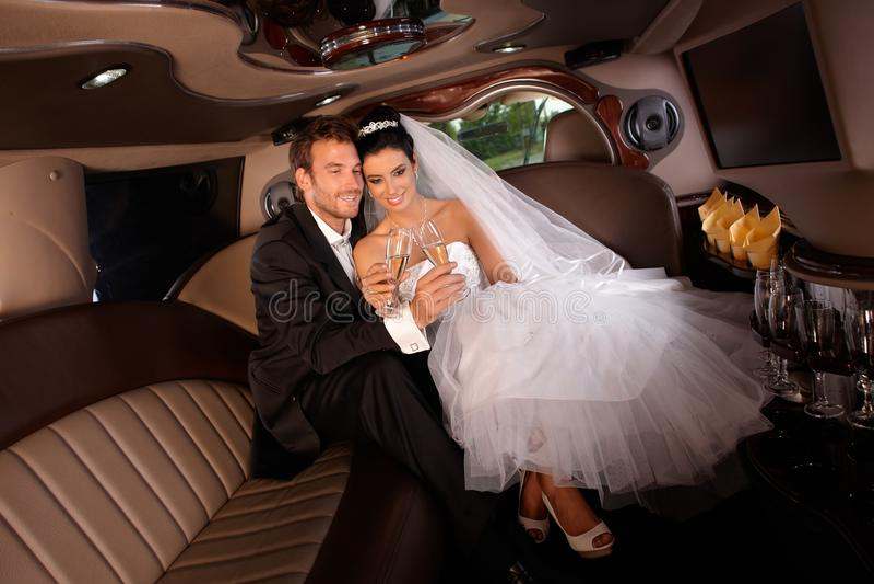 Jeunes couples romantiques le jour du mariage images stock