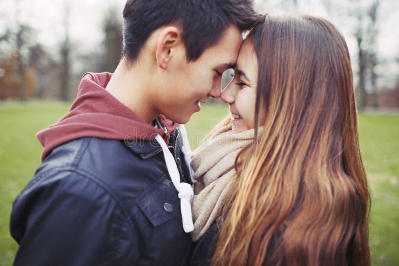 Jeunes couples romantiques partageant un moment spécial photo stock