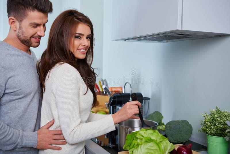 Jeunes couples romantiques préparant le dîner photographie stock