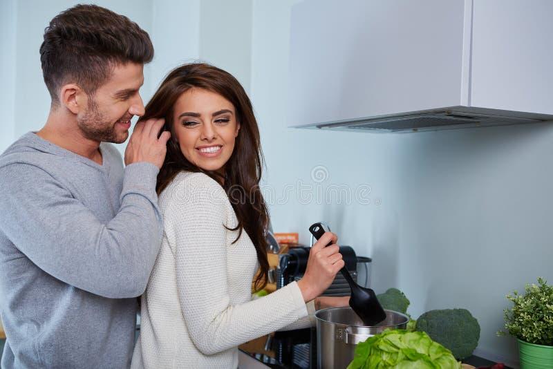 Jeunes couples romantiques préparant le dîner images libres de droits