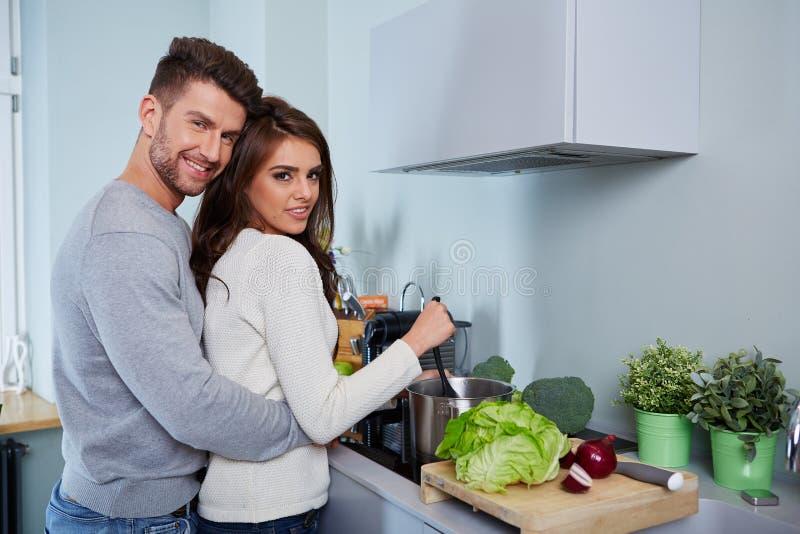 Jeunes couples romantiques préparant le dîner images stock