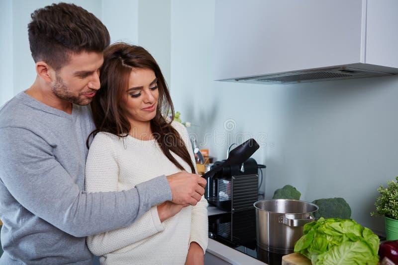 Jeunes couples romantiques préparant le dîner image stock