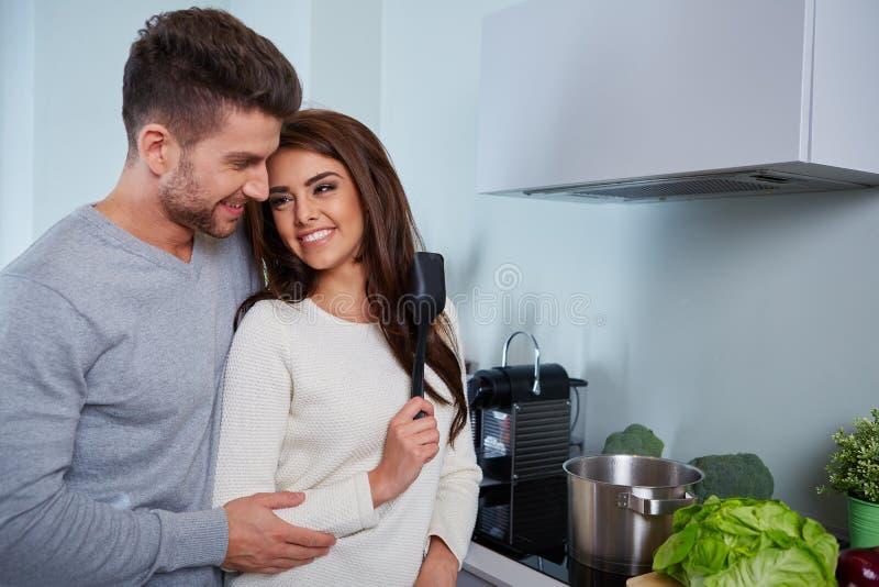 Jeunes couples romantiques préparant le dîner photos stock
