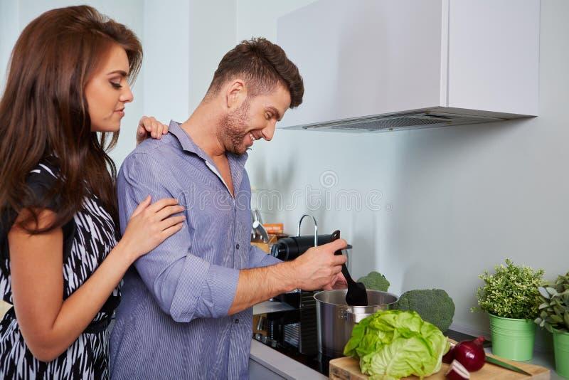 Jeunes couples romantiques préparant le dîner image libre de droits