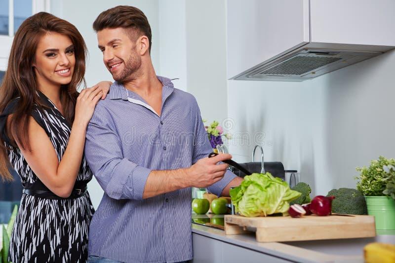 Jeunes couples romantiques préparant le dîner photos libres de droits