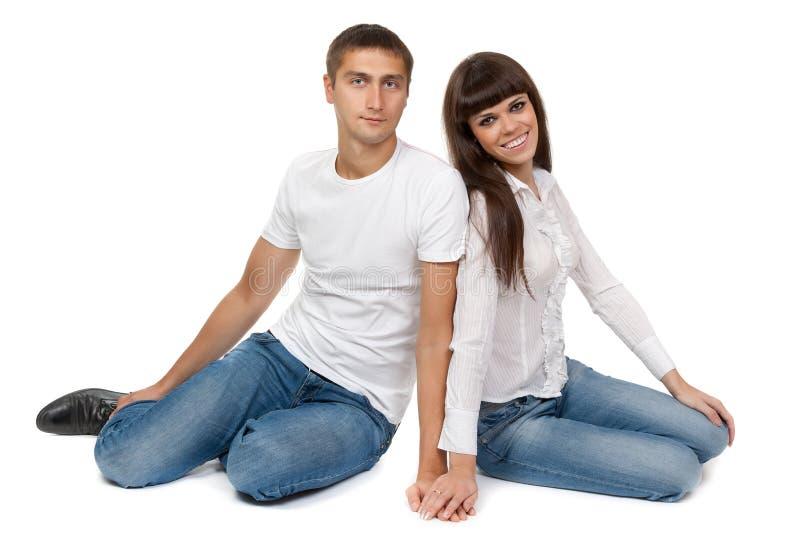 Jeunes couples romantiques se reposant sur l'étage photographie stock