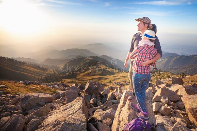 Jeunes couples s'élevants au sommet de sommet avec la vue aérienne photos stock