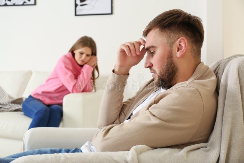 Jeunes couples s'ignorant après argument dans le salon images libres de droits