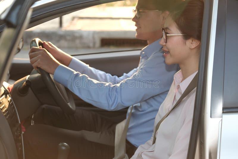 Jeunes couples se reposant dans le véhicule voyage d'homme et de femme ensemble route t photo libre de droits