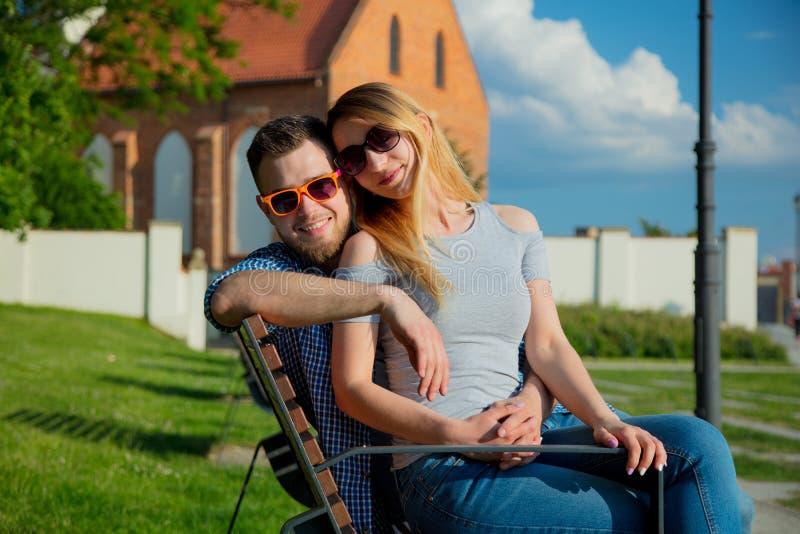 Jeunes couples se reposant sur le banc images libres de droits