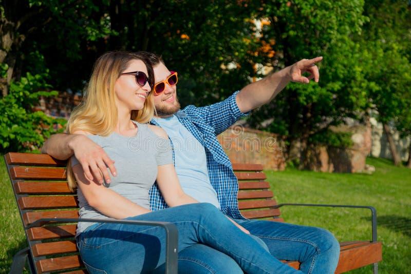 Jeunes couples se reposant sur le banc photographie stock