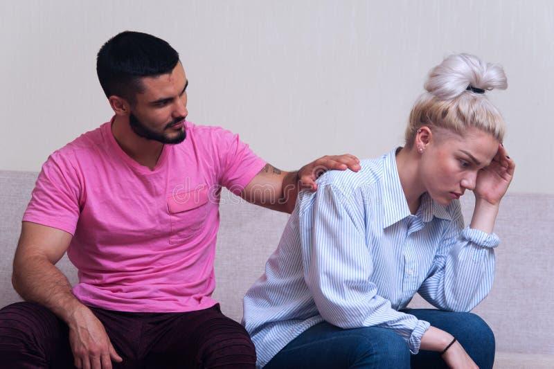 Jeunes couples se reposant sur le divan après querelle images libres de droits