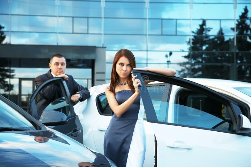 Jeunes couples se tenant près de la voiture photo stock