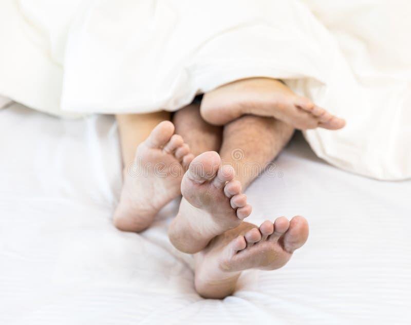 Jeunes couples sexy dans le lit photo libre de droits