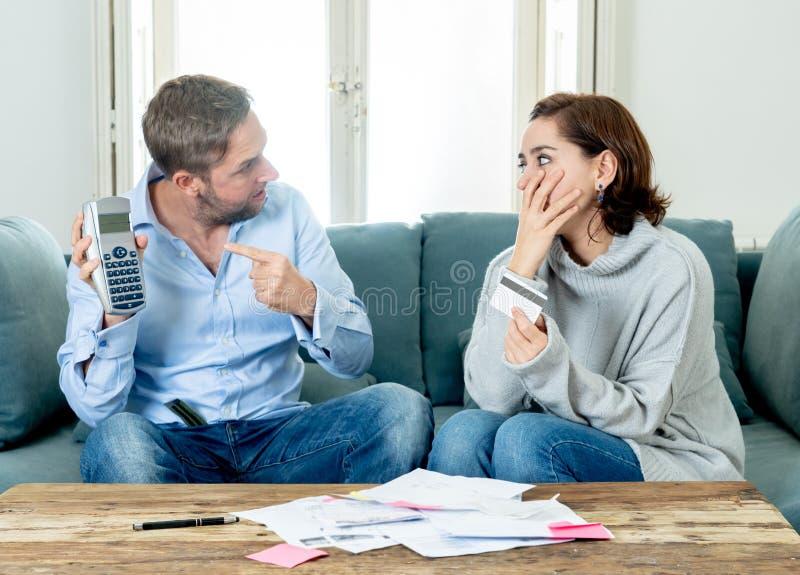 Jeunes couples soumis à une contrainte ayant un argument au-dessus des paiements de dettes de voiture de crédit et des finances à photo libre de droits
