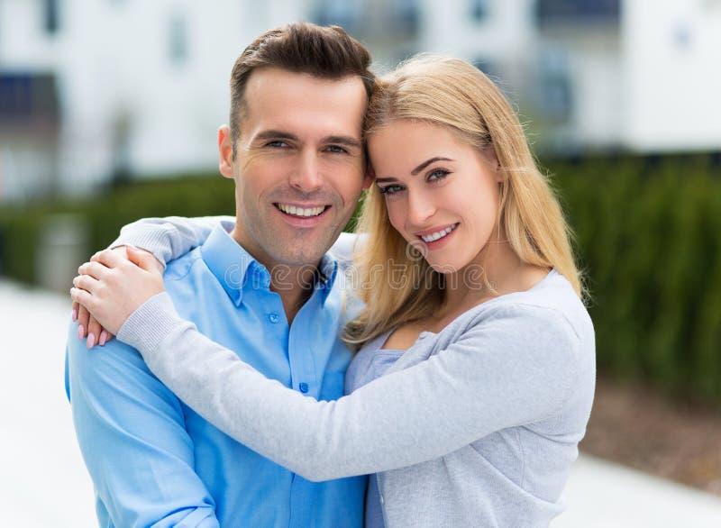 Jeunes couples souriant à l'extérieur photos stock