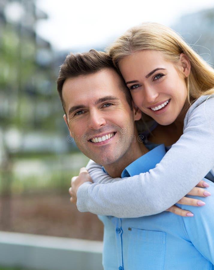 Jeunes couples souriant à l'extérieur images stock