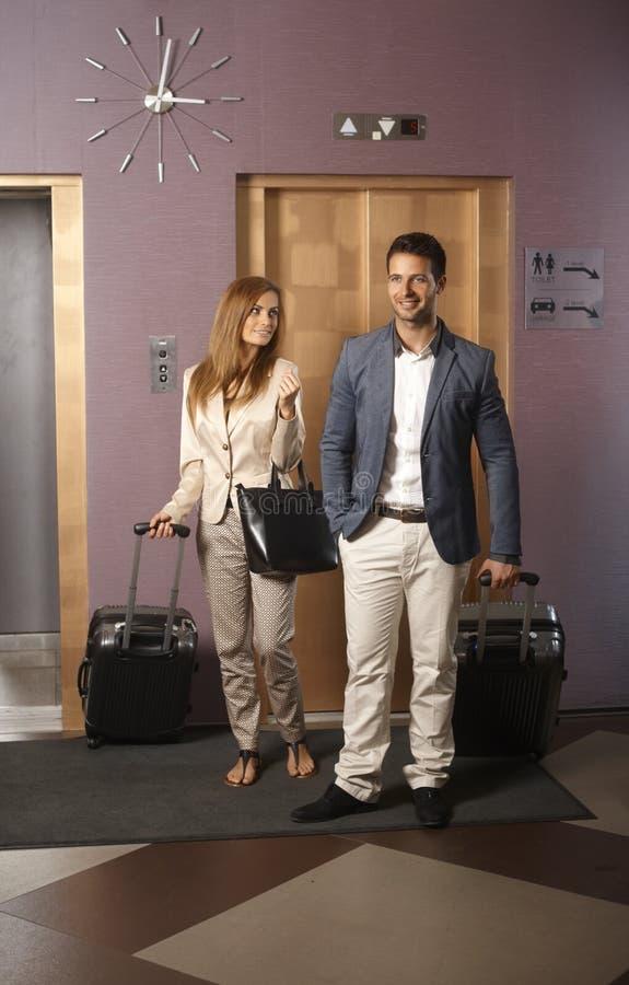 Jeunes couples sur l'arrivée à l'hôtel photo libre de droits