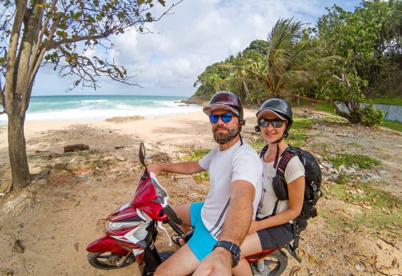 Jeunes couples sur la motocyclette image stock